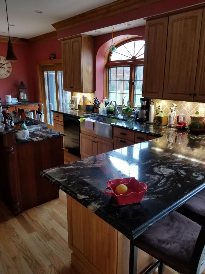 Kitchen wit black counters